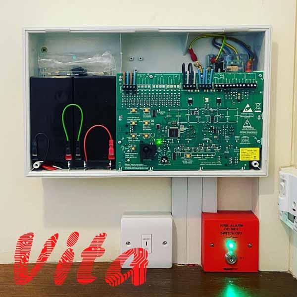 پنل مرکزی سیستم اعلام حریق که بردهای الکترونیکی آن، توسط گروه مهندسی ویتا طراحی و تولید شده است.